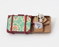 Mala de viagem com buquê de rosas / algum cartão da ocasião / Card Tiny Love / Cartão do aniversário / Cliente Obrigado cartão / presente / caixa azul do teste padrão do vintage
