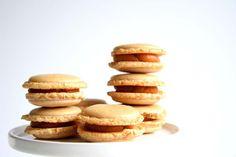 Salz-Karamell-Macarons-in-dekoriert-in-Nahaufnahme