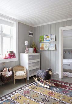 PIKEROM: Dette rommet deles av to s�stre, og det er befriende nok ikke rosa. Teppet fra Ikea gir varme mot de gr� veggene. Morfar i huset har snekret sengen innenfor lekerommet.