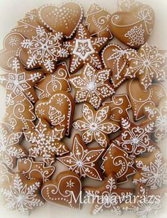 Karácsonyi mézeskalács díszek Mannavaràzs/Facebook Christmas Baking Gifts, Christmas Biscuits, Christmas Sugar Cookies, Christmas Cooking, Christmas Desserts, Christmas Treats, Gingerbread Decorations, Gingerbread Man Cookies, Christmas Gingerbread