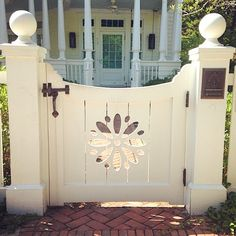 The thing about garden gates is that they are available in many different sizes and designs, which makes them a lot more beautiful. Here you will find some really great garden gate ideas that will certainly make your garden's entrance more beautiful. Garden Gates And Fencing, Garden Doors, Fence Gates, Front Gates, Entrance Gates, Backyard Fences, Backyard Landscaping, Nice Backyard, Porch Gate