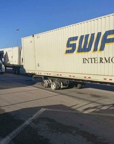 16 Swift Trucking Fails From People Having Substantially Worse Days Than You Big Rig Trucks, Cool Trucks, Semi Trucks, Trucker Quotes, Chevy Diesel Trucks, Bad Day, Funny Fails, Truck Drivers, Swift