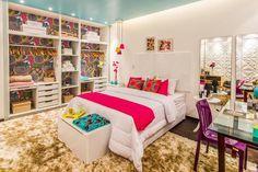 Projetado para uma jovem arquiteta, o quarto de 20 m² é agradável para o descanso e também conta com uma pequena área de trabalho. O ambiente que foge das cores neutras é moderno e aposta no azul turquesa vibrante no teto, equilibrado graças às paredes claras.