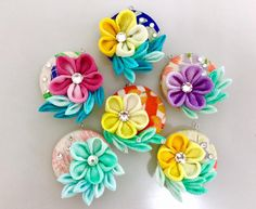 つまみ細工教室⭐︎ ひなぎく「花夢月比売」 Ribbon Art, Diy Ribbon, Ribbon Crafts, Felt Crafts, Diy And Crafts, Brooches Handmade, Handmade Flowers, Cloth Flowers, Fabric Flowers