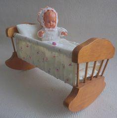 """Vintage Kleine alte Holz Wiege mit Puppe -  ca. 1950 - Länge 21 cm / 8,3"""""""