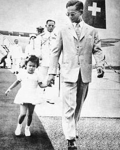 พระบาทสมเด็จพระปรมินทรมหาภูมิพลอดุลยเดช พร้อมด้วยสมเด็จพระเทพรัตนราชสุดาฯ สยามบรมราชกุมารี