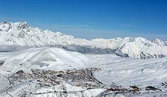 Da sabato 5 luglio, il #ghiacciaio Alpe d'Huez in #Francia ha aperto le sue piste da sci. L'Alpe d'Huez è famosa per essere sede di allenamento della squadra francese di Coppa del Mondo di #sci alpino e per aver ospitato i Campionati Nazionali francesi. Il vasto comprensorio, posizionato nelle Alpi settentrionali, offre 245 km di piste e 82 impianti di risalita che possono trasportare ben 98.000 persone ogni ora. Il paese è posto a 1.860 metri di quota  ma è possibile sciare tra i 1120 e ...