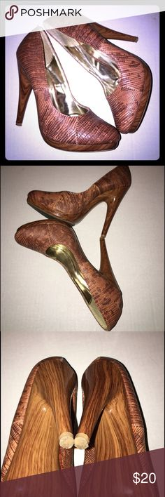 Brown pumps heels wooden bottom size 5 Super cute pattern , brown with gold inside and wooden bottom. Size 5 Shoes Heels
