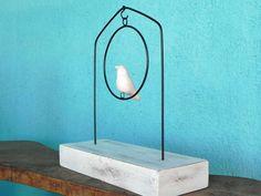 Escultura de arame com passarinho em cerâmica. Base de madeira pintada que varia de tamanho conforme disponibilidade