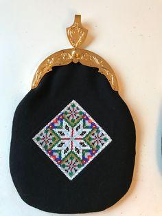 Made by Inger Johanne Wilde, pattern and beading Beading, Coin Purse, Wallet, Purses, Crochet, Pattern, Fashion, Mandalas, Handbags