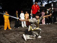 Früh übt sich, wer ein Meister werden will: In Kathmandu, Nepal, trainieren Kinder die asiatische Kampfsportart Wushu. (Foto: Narendra Shrestha/dpa)
