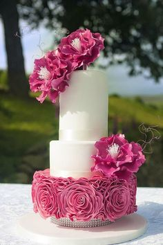 In Paul's fantastic Ruffle Rose Wedding Cake tutorial, you will learn how to create an… Wedding Cake Roses, Wedding Cakes With Cupcakes, Elegant Wedding Cakes, Beautiful Wedding Cakes, Gorgeous Cakes, Wedding Cake Designs, Pretty Cakes, Cupcake Cakes, Rose Wedding