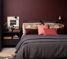 49 Fabulous Sport Bedroom Ideas For Boys Red Bedroom Design, Bedroom Red, Bedroom Paint Colors, Bedroom Color Schemes, Cozy Bedroom, Bedroom Inspo, Master Bedroom, Bedroom Decor, Red Bedrooms
