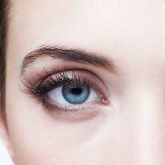 Lange Wimpern und einen sexy Augenaufschlag - das wünschen sich viele Frauen. Wir haben die besten Tipps, wie die Härchen schneller wachsen.