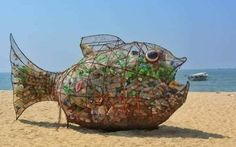 All It Took To Clean Up This Beach Was A Fish Sculpture Named Goby - fishingbesthunting Clean Beach, Clean Up, Oscar Verleihung, Waste Art, Plastic Beach, Fish Sculpture, Plastic Pollution, Garbage Can, Plastic Waste