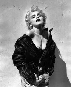 HD Madonna photographed by Herb Ritts, True Blue photoshoot, Hollywood Madonna Fashion, Lady Madonna, Madonna Mode, Madonna Art, 80s Fashion, Madonna Tattoo, Madonna True Blue, 80s Trends, Madonna Photos