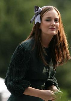 We all know that Blair Waldorf is the style icon in Gossip Girl and her style is ah-dored by many of us. Blair Waldorf, played by actress Leighton Meester, is Gossip Girl's mean girl. Gossip Girls, Gossip Girl Blair, Estilo Gossip Girl, Blair Waldorf Gossip Girl, Gossip Girl Outfits, Gossip Girl Fashion, Blair Waldorf Headband, Blair Fashion, Blair Waldorf Outfits