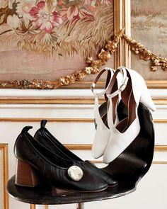"""""""De hvide Céline-sko er en favorit dem kan jeg bruge til alt. Jeg købte dem i Paris for et par år siden og har virkelig brugt dem meget. De er gode om sommeren til brune fødder men også fine med en strømpe i; de kan lidt det samme som et par hvide sneakers""""Kom med indenfor hos designerne bag @baumundpferdgarten hvis skoskab er ligeså misundelsesværdigt som deres smukke showroom i AmaliegadeFå et indblik i begge dele i månedens ELLE der er på gaden nuFoto: @piawinther#ELLE100…"""