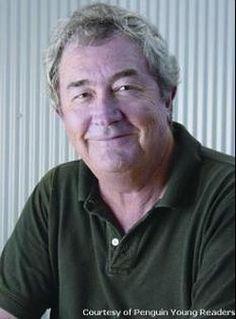 Pin 2. Dit is John Flanagan, de schrijver van het boek en van de hele serie natuurlijk. John Flanagan was geboren op 22 mei 1944 in Sydney en is (uiteraard) schrijver. Hij is begonnen met het schrijven van deze serie om zijn twaalfjarige zoon Michael aan het lezen te krijgen. De serie heeft twaalf delen, en John heeft deel 3,4,5 én 6 in een jaar (2008) geschreven!