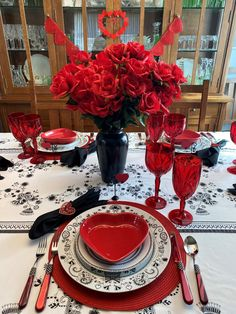 Miss Blackbirdy at the Valentine's Day Table — Whispers of the Heart Valentines Day Tablescapes, Valentine Day Table Decorations, Decoration Table, Table Centerpieces, My Funny Valentine, Valentines Food, Valentine Ideas, Black Napkins, Black And White Plates