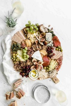 charcuterie board How to Make a Cheeseboard - Broma Bakery Charcuterie Recipes, Charcuterie Platter, Charcuterie And Cheese Board, Cheese Boards, Charcuterie Picnic, Snack Platter, Party Food Platters, Cheese Platters, Antipasto
