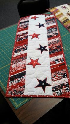 Patriotic Tablerunner inspiration ~ Oh how I love this pattern idea! ★ There are times when I wish I quilted. I like this!