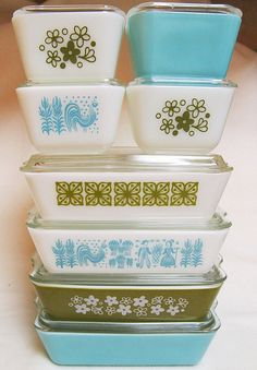 Turquoise and Green Pyrex Fridgie Stack -I have tons of Spring Blossom and Verde and Square Flowers. Definitely need more turquoise in my life! Vintage Pyrex Dishes, Vintage Kitchenware, Vintage Bowls, Vintage Glassware, Pyrex Display, Design Textile, Pyrex Bowls, Tupperware, So Little Time