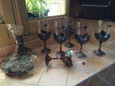 6 copas y decantador de vino de cristal de Bohemia decorado con arcilla polimerica usando tonos verdes y metalizados para combinar la primavera con la hoja verde y el otoño con la hoja caduca. Diseñado y creado por Stephanie Henke para Isainar Creaciones. Bottle Art, Wine Glass, Queso, Tableware, Glasses, Liquor Bottles, Mugs, Ale, Decorated Bottles