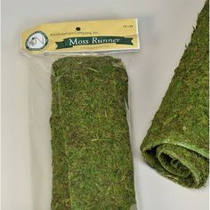 How do you make decorative DIY moss balls? Quick and easy way to make DIY moss balls for your home decor. Perfect DIY spring craft idea for any spring home decor Peter Rabbit Party, Moss Table Runner, Table Runners, Deco Table, A Table, Do It Yourself Decoration, Forest Party, Forest Wedding, Woodland Wedding