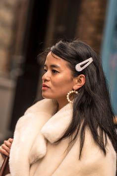 Headbands, Pins, & Satin Bows: Hair Accessories Take Over NYFW Street Style Headbands, Pins, & Satin Nyfw Street Style, Street Style Summer, Old Hollywood Waves, Minimal Makeup, Satin Bows, Instagram Models, The Chic, Girl Fashion, Style Fashion