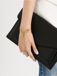 Add a luxe-boho element to your look with this gold hand chain. Hand Jewelry, Cute Jewelry, Body Jewelry, Ring Bracelet Chain, Hand Bracelet, Fashion Rings, Fashion Jewelry, Hand Chain, Ideias Fashion
