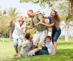 famille génération: Grands-parents ayant pique-nique avec leurs petits-enfants, portrait de famille élargie  Banque d