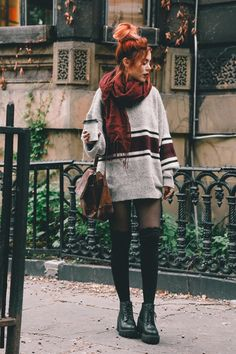 Grey striped oversized sweater+black tights+black socks+black lace-up boots+burgundy scarf+cognac shoudler bag. Grunge Outfits, Trendy Outfits, Fall Outfits, Cute Outfits, Oversized Jumper Outfit, Black Tights Outfit, Luanna Perez, Girls Summer Outfits, Poses