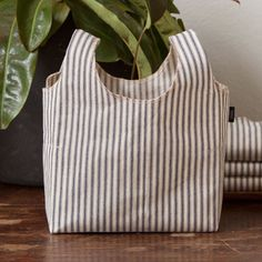 the perfect Project Bag (Ticking) Sewing Hacks, Sewing Projects, Homemade Bags, Ticking Fabric, Fabric Boxes, Reusable Grocery Bags, Market Bag, Love Sewing, Knitted Bags