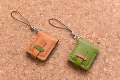 革のSDカードケース(ストラップ)の作り方 | レザークラフト入門講座 Leather Wallet Pattern, Sewing Leather, Leather Fabric, Leather Craft, Leather Key Case, Leather Keychain, Leather Accessories, Leather Jewelry, Leather Working Patterns