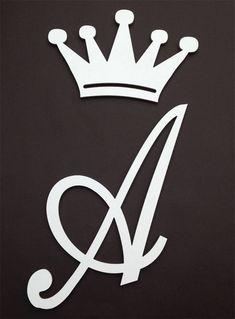 Kit em MDF com 2 peças - letra + coroa decorativa em mdf com acabamento em fórmica branca, espessura de 9 mm.  Medidas:  coroa - 25 altura x 40 largura (medidas em cm)  letra A - 40 altura x 50 largura (a altura sempre 40 cm e largura proporcional dependendo da letra)  Fazemos sob encomenda todas...