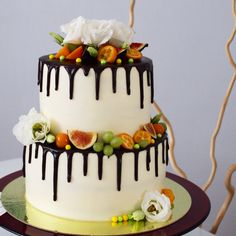 В моей практике уже были и белая, и красная, и синяя,  и фиолетовая свадьбы и вот прибавилась желто-зеленая свадьба! Состав: нижний ярус морковные пряные коржи с грецким орехом, мускатом, корицей и крем-чиз. Верхний ярус нежные влажные ванильные бисквитные коржи,  окрашенные в цвета свадьбы, и крем-чиз. Торт украшен глазурью, живыми цветами и фруктами ягодами. Автор instagram.com/uzyaolga