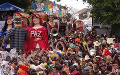 Bonecos gigantes passaram pela Prefeitura de Olinda; foliões acompanharam desfile