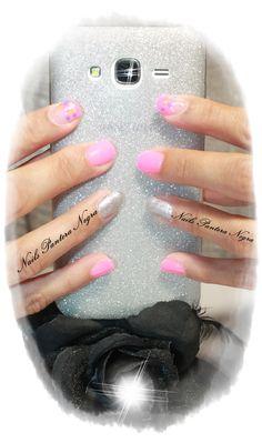 Unhas em Gel cor Rosa neon com nail art confetes e glitters