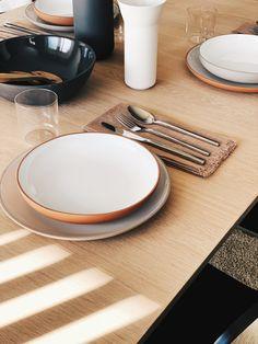 Table setting idea - clean and simple look to accommodate the minimal dining room.#tablesettingseveryday #minimaltable #tablewaresetdinnerware