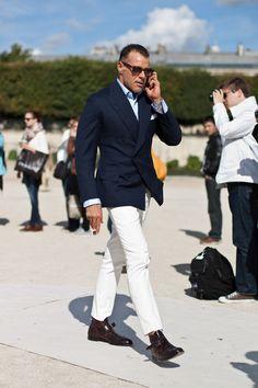 ネイビージャケット,白パンツ,ショートブーツ,ネクタイ,メンズファッション着こなしコーデ