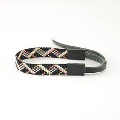 Elegante gerolde armband in geometrische stijl. Het is handgemaakt van glaskralen van Japanse bedrijf Miyuki en natuurlijk leder. De kleuren van de armband: zwart, wit, roze, goud. Verstelbaar (schuifdak) gesp met hematiet kralen. De breedte van de armband is 0.47 inch (12 mm). Het
