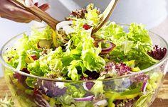 Bunter Frühlingssalat mit Vinaigrette - 8 schnelle Salate fürs Büro oder die Grillparty - Zutaten für 4 Portionen: - 300 g gemischter Salat, z. B. Romanasalat, Radicchio, Lollo Rosso, Frisee, Rucola - 1 rote Zwiebel - 150 g Champignons - 6 Radieschen - 1 rotschaliger Apfel - 3 Paprikaschoten: rot...