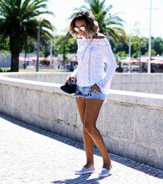 look-bata-ombro-a-ombro-manga-flare-detalhes-de-renda-shorts-jeans-bordado-alpagatas-listras-azul-e-branco