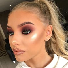 12 Winter Eye Shadow Looks To Slay This Holiday Season These winter eyeshadow looks are great for the upcoming season and holidays! Check out these winter eyeshadow makeup looks! Glam Makeup, Eye Makeup Tips, Smokey Eye Makeup, Makeup Inspo, Beauty Makeup, Hair Makeup, Makeup Ideas, Makeup Products, Huda Beauty