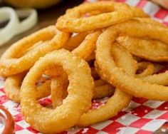 Onion rings (beignets d'oignons) au four – Yahphey Porter Homemade Onion Rings, Baked Onion Rings, Onion Rings Recipe, Empanada, Tapas, Cooking Venison Steaks, Baked Onions, Great Recipes, Favorite Recipes