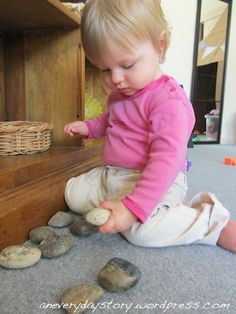 Reggio Emilia: Bringing Natural Items into Daily Play for Babies and Toddlers Toddler Play, Baby Play, Baby Toys, Kids Toys, Infant Toddler, Natural Toys, Natural Baby, Infant Activities, Activities For Kids