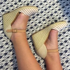 NEUTRAL GAP WEDGES COMFORTABLE GOOD CONDITION I bought these shoes about a year ago and have only worn them a few times! They are super comfortable with about a 4 inch heel. They're a super stylish mix of texture and pattern, and go with any outfit! Must have for the summer! Size 9! GAP Shoes Wedges