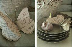 Come fare splendide decorazioni a farfalla con carta riciclata (spartiti, lettere & co.) e un pezzettino di spago.