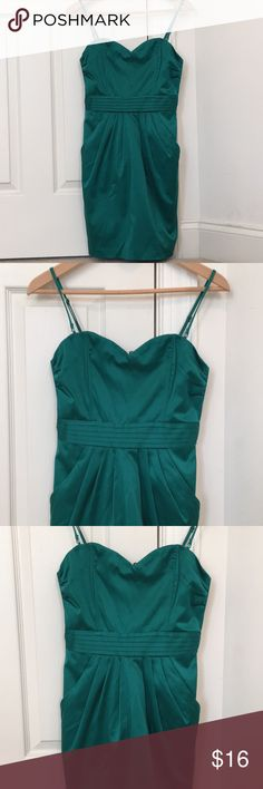 H&M Emerald Green Satin Finish Dress Size 6 A gorgeous, emerald green jewel-tones satin finish dress with detachable straps (for that perfect strapless look). A great choice for homecomings and other school dances! H&M Dresses Mini